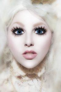 Gesicht wie eine Puppe schminken - Tipps zu Halloween und Karneval