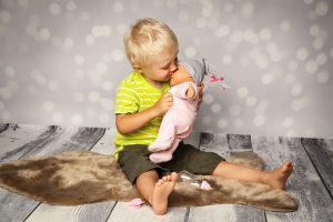 Warum auch Jungs mit Puppen spielen können