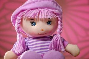 Puppenkleidung stricken und häkeln: So gelingt es Ihnen