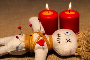 Voodoo-Puppe basteln aus Wolle – Nadeln setzen und Fluch-Ritual anwenden